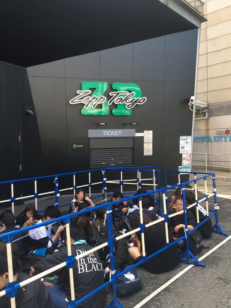 Zepp Tokyoの横を抜けて会場へ向かう写真。
