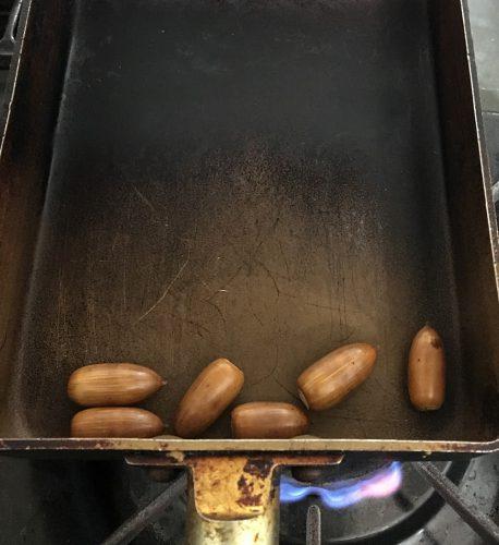 フライパンで適度に転がしながらから炒り