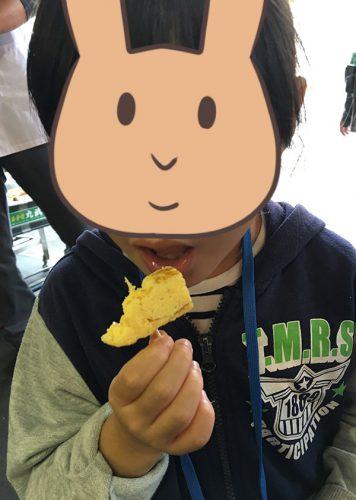 玉子焼きを食べる長女