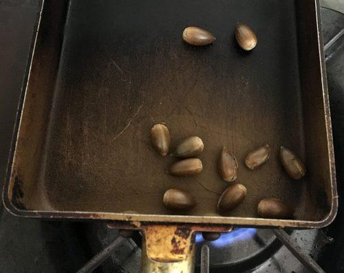 スダジイをから炒りします。