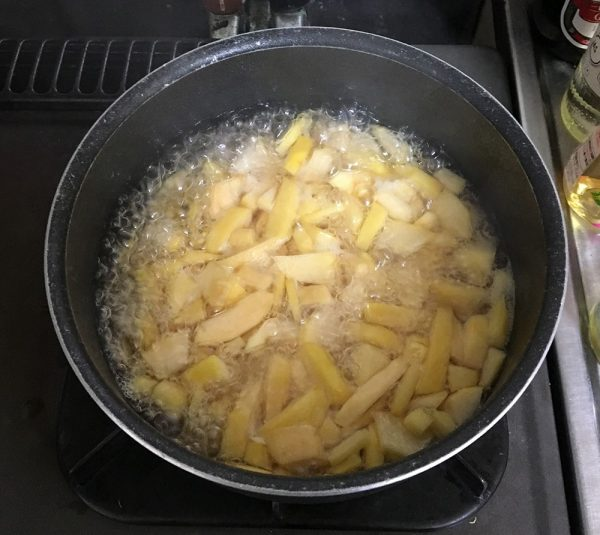 カリンを砂糖と煮る