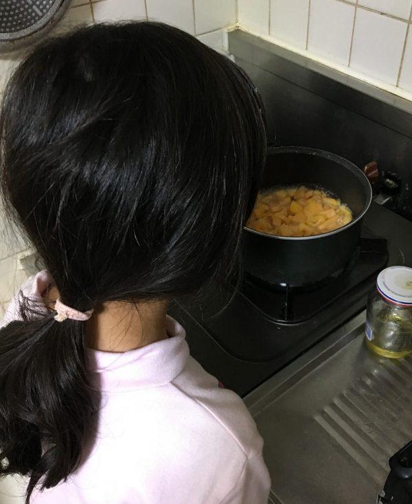 カリン煮を見る長女
