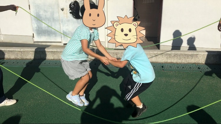 ダブルダッチの同時跳びに挑戦する長女と長男