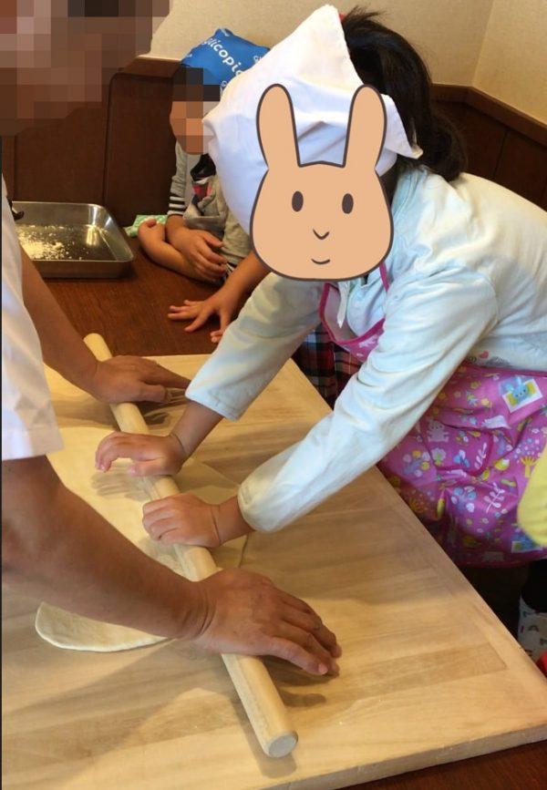 麺棒でうどんをのばす長女