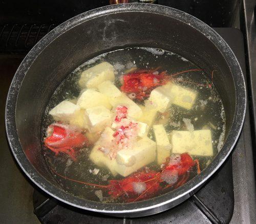 ザリガニ出汁に豆腐を投入