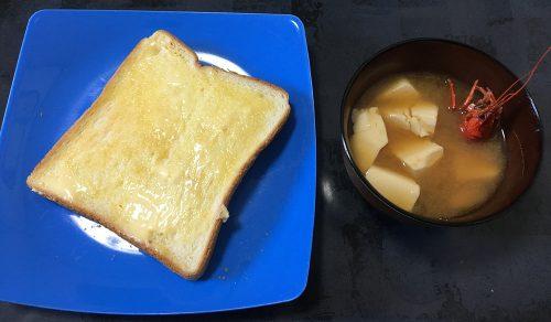 トーストとザリガニ味噌汁