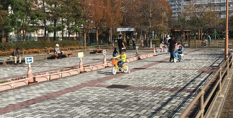 補助輪付自転車の練習風景