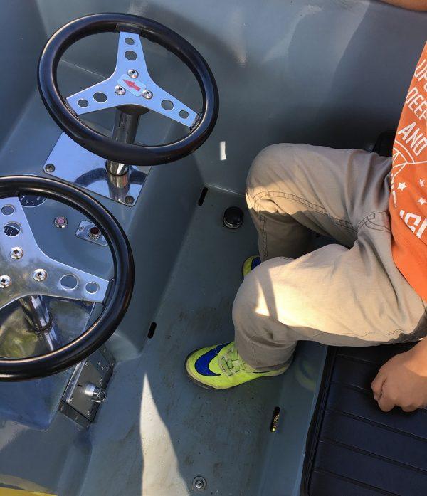 バッテリーカーの運転席