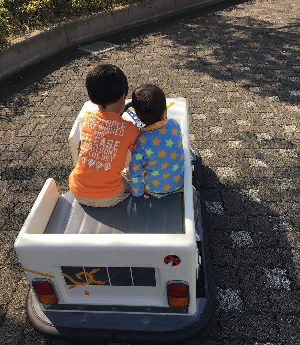 バッテリーカーに乗る長男と次男