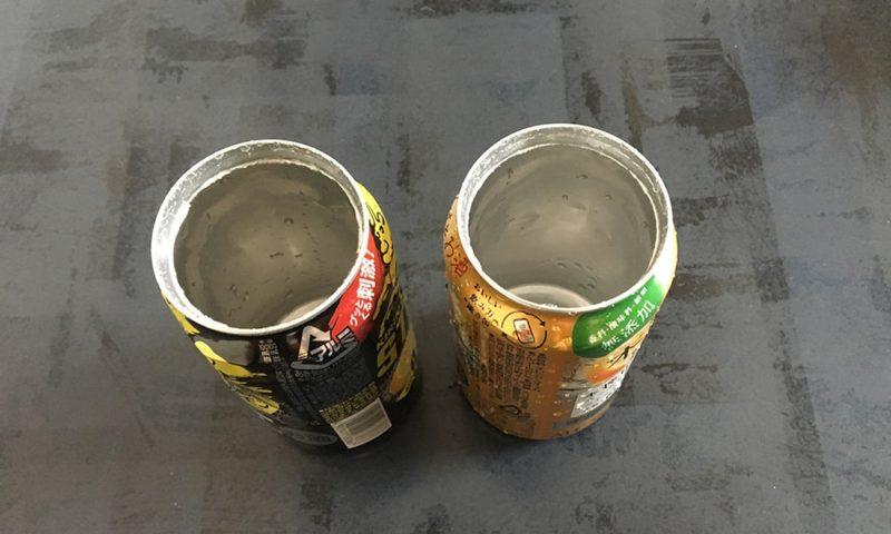 上部を缶切りであけたアルミ缶