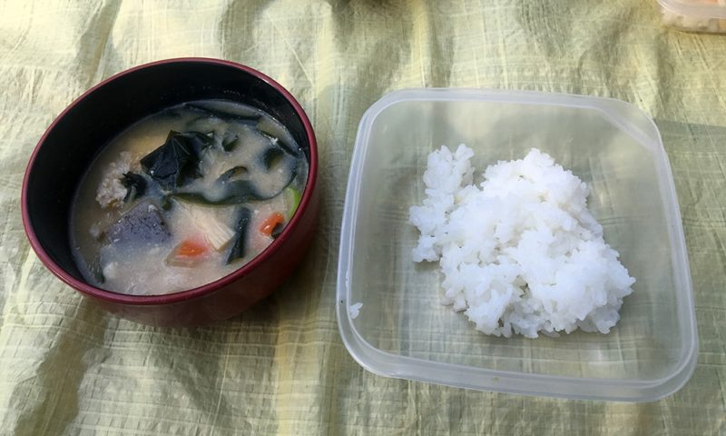 豚汁とアルミ缶で炊いたご飯