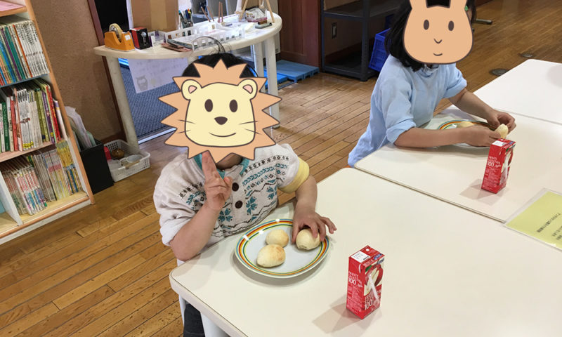 パンを食べる子ども達