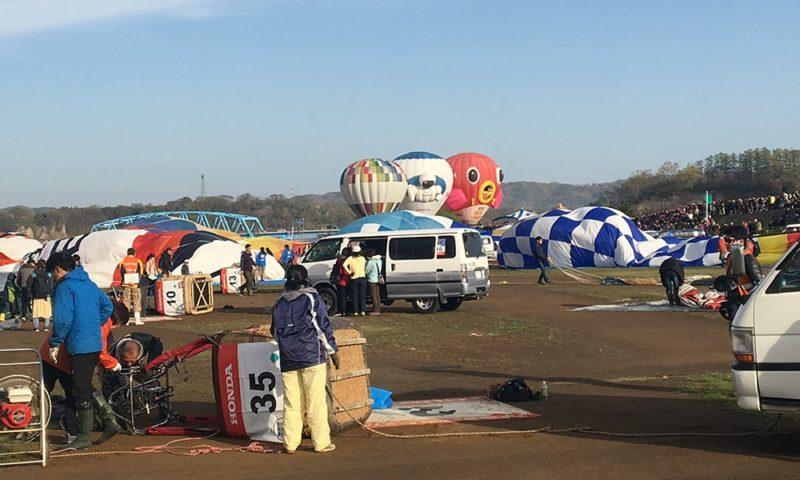 気球立ち上げの準備をする各チーム