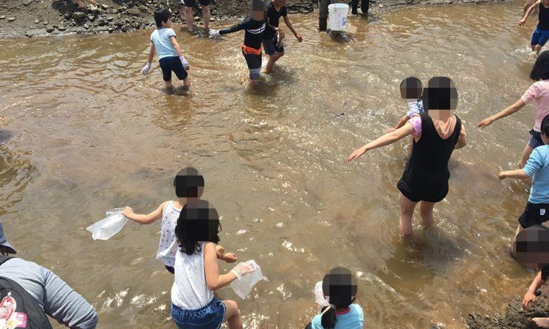 恐る恐る池に入る子供たち
