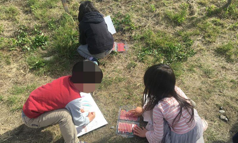 夢中で書き始める子供ら