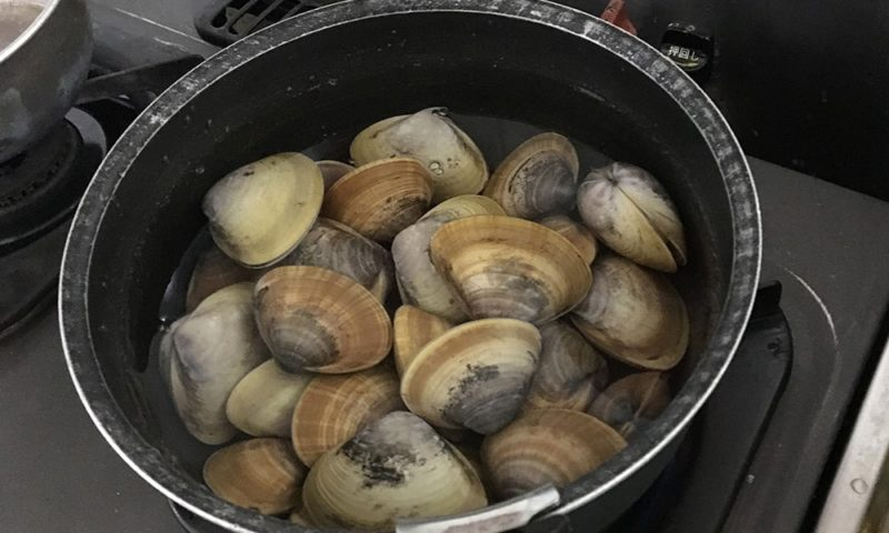 バカ貝を塩茹で