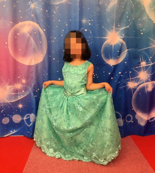 緑のドレスを着た娘