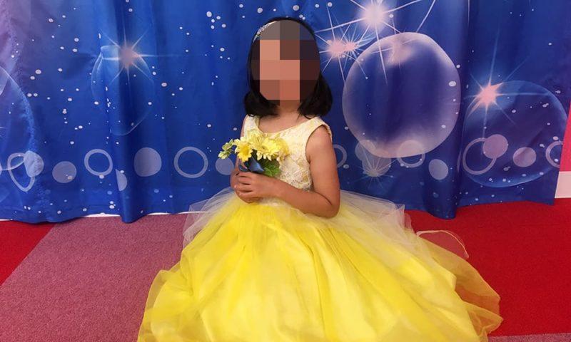 黄色のドレスを着た娘