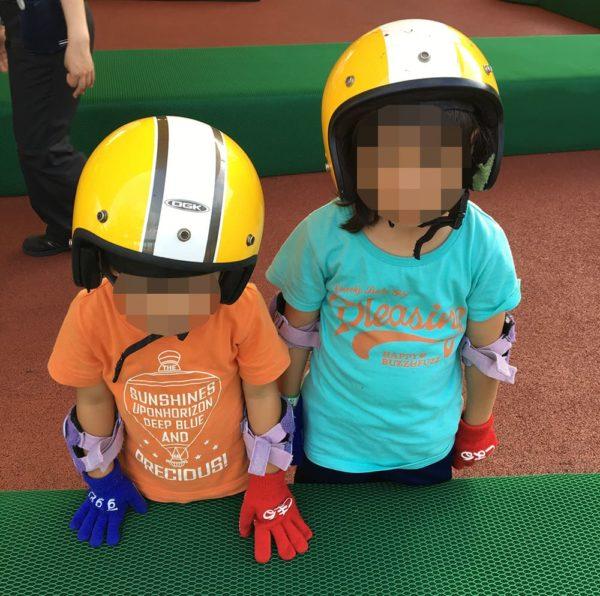 ヘルメット姿の子供たち