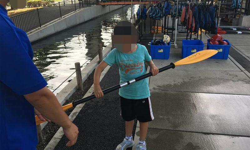 パドルの漕ぎ方を教えてもらう娘