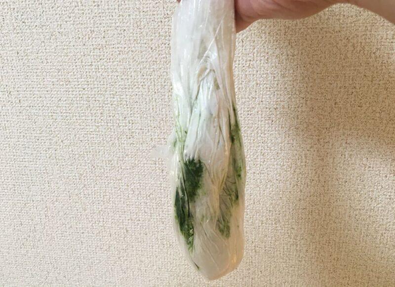 袋の中で混ぜた上新粉とヨモギペースト