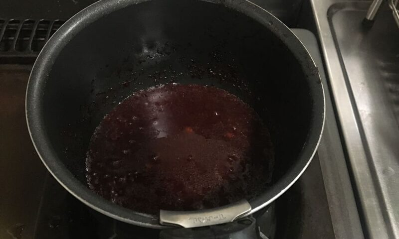 砂糖を入れて煮詰めていきます