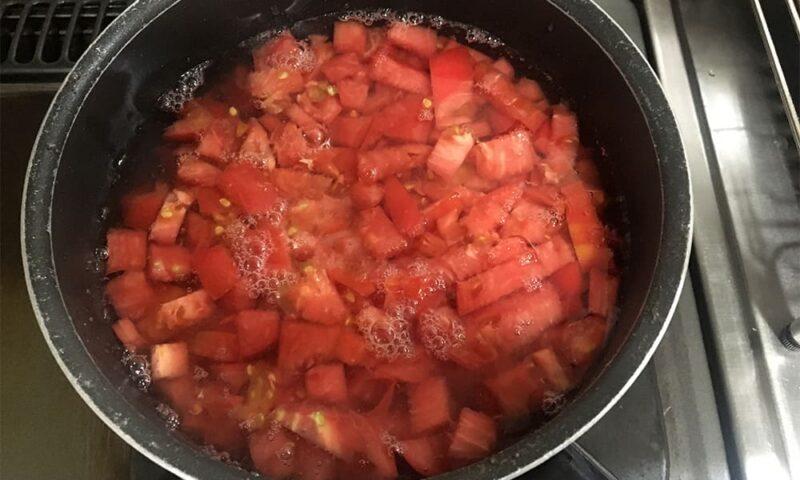 トマトをざく切りにして、だしをとっていきます