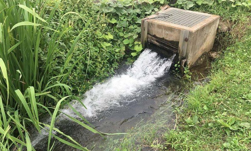 大量放水されている用水路