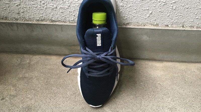 靴にペットボトルを入れて乾かしているところ