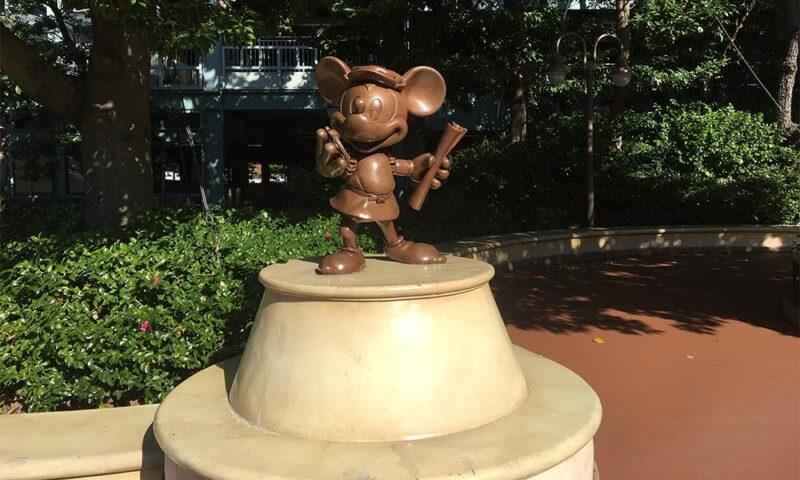駅前のミッキーの像