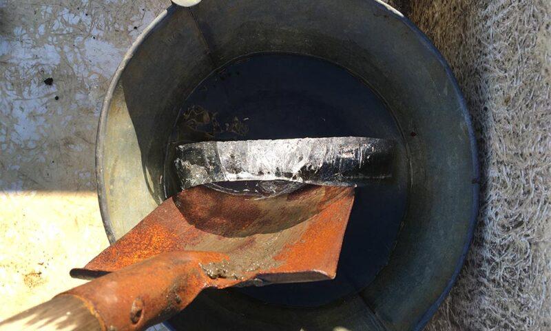 大寒波でバケツの水に厚い氷が