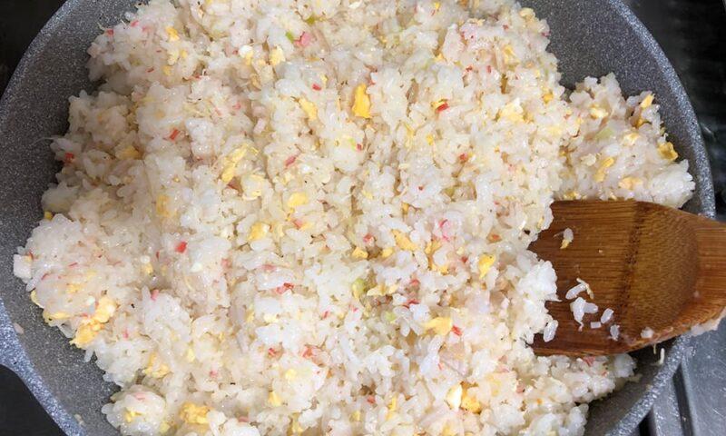 マヨネーズで炒めるチャーハン。カニ肉投入