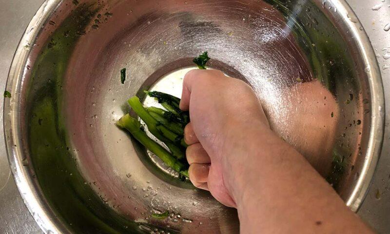 太い茎部分を追加塩もみ