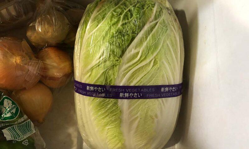 野菜室の白菜の下に