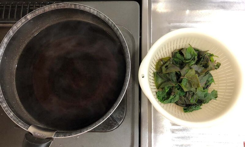 取り出した赤紫蘇と煮汁