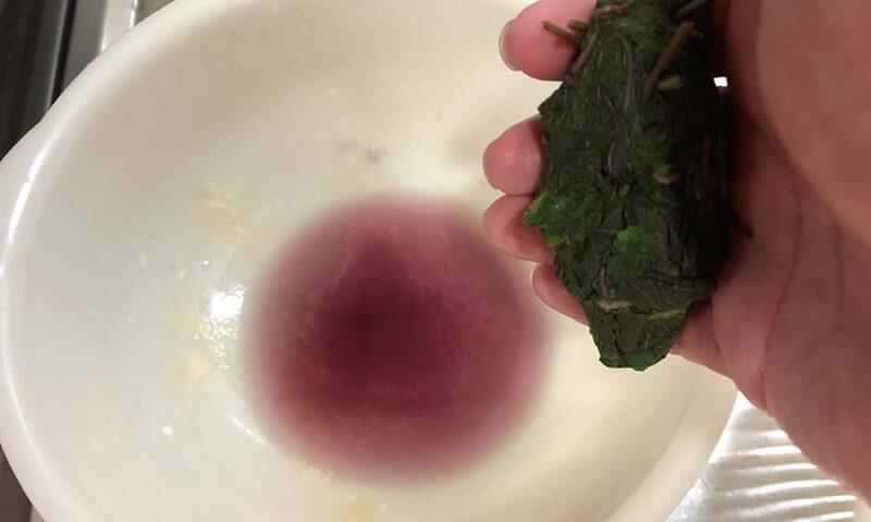 赤紫蘇を絞ると紫色の汁が