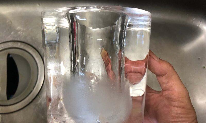 底部分に白い不純物が残った実験過程の氷の器