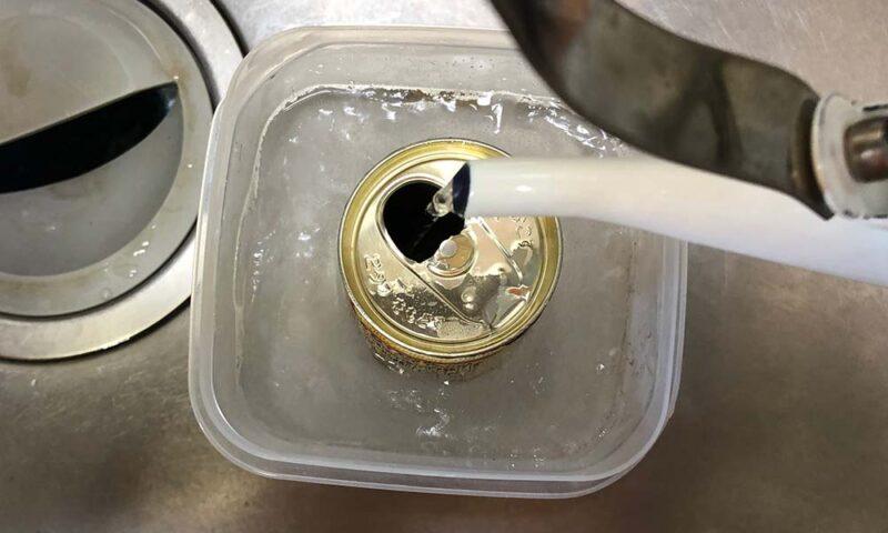 空き缶にぬるま湯を注ぐ